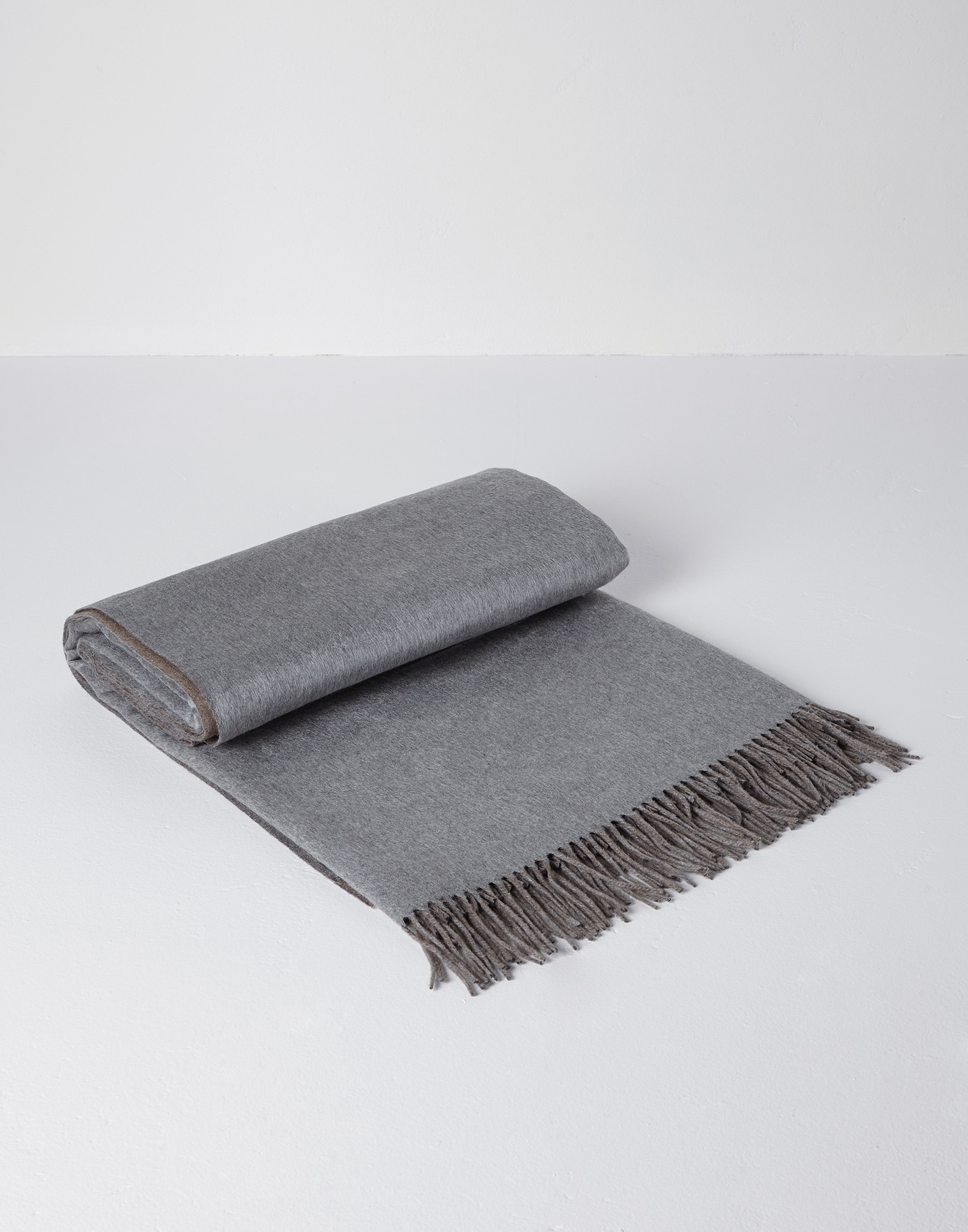 Throws Grey Lifestyle 1 - Brunello Cucinelli