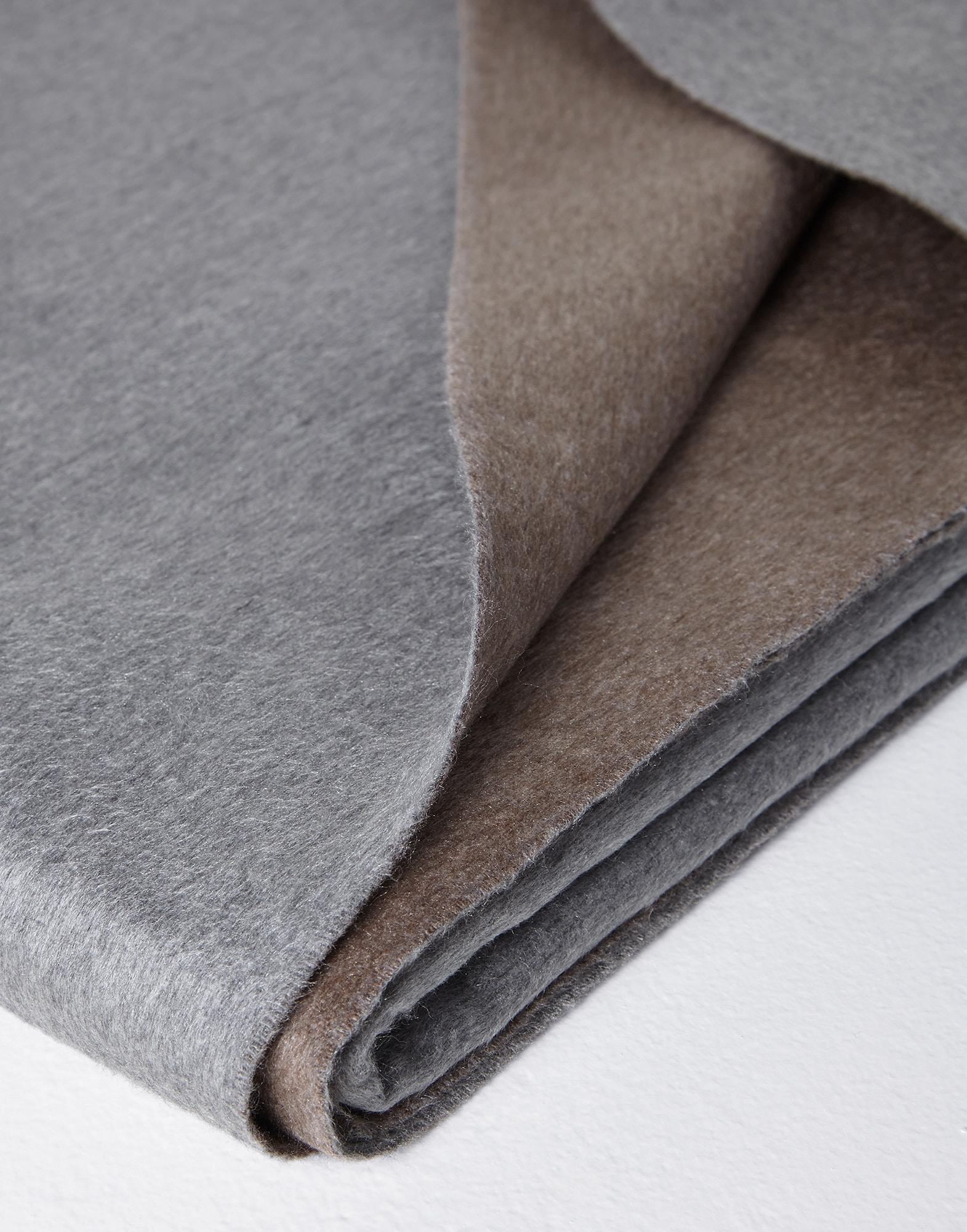 Throws Grey Lifestyle 3 - Brunello Cucinelli