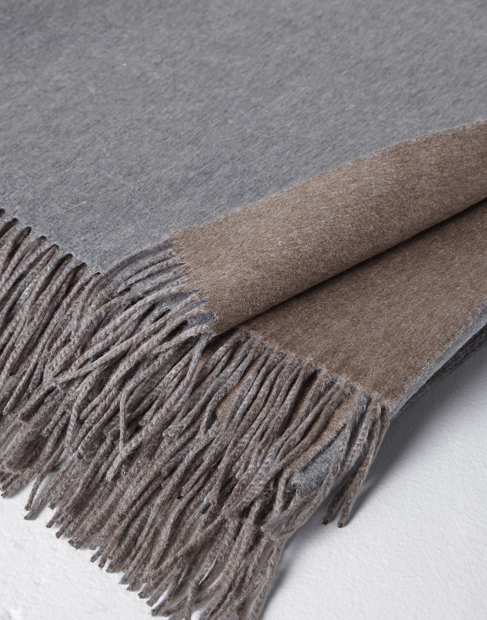 Throws Grey Lifestyle 2 - Brunello Cucinelli