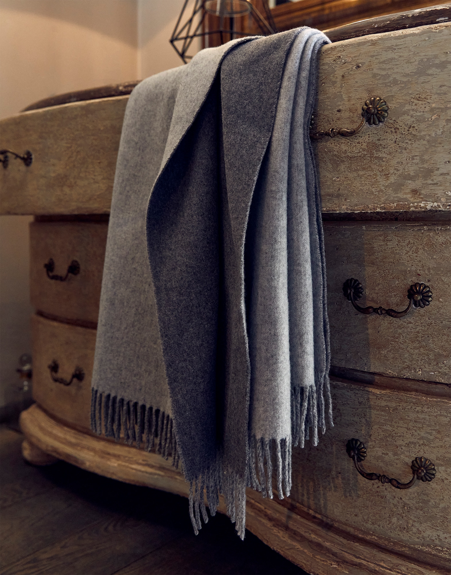 Throws Medium Grey Lifestyle 0 - Brunello Cucinelli